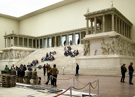 Пергамский Алтарь в Пергамском музее в Берлине
