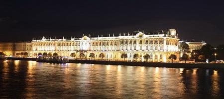 Вид на Зимний дворец с Невы